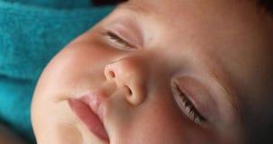 A criança recém-nascida está dormindo perto acima filme