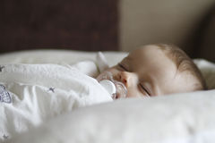 Criança recém-nascida que dorme com pacifier imagens de stock royalty free