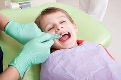 Criança relaxado na cadeira do dentista imagem de stock royalty free