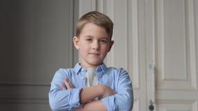 Crian?a s?ria que olha a c?mera ou o retrato do menino feliz do neg?cio vídeos de arquivo