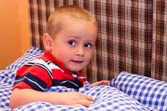 Criança Scared na cama fotografia de stock royalty free