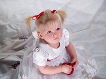 A criança senta-se com coração imagem de stock