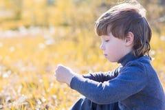 A criança senta-se e pensa-se fotos de stock royalty free