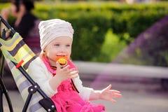A criança senta-se em uma cadeira de rodas Imagens de Stock Royalty Free