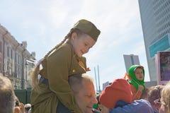 A criança sob a forma da parada militar, com pais celebração da parada do dia da vitória o 9 de maio Vladivostok, Rússia Fotos de Stock