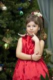 Criança sob uma pele-árvore Imagem de Stock