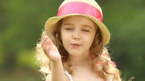 A criança sopra um beijo do ar àquelas em torno dele Movimento lento video estoque