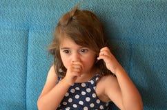A criança suga o polegar Imagens de Stock