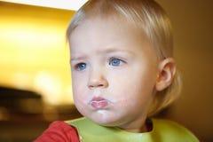 Criança suja de comer independentemente imagem de stock royalty free