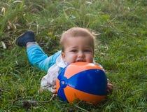 Criança tímida com esfera Fotos de Stock