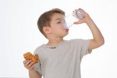 A criança tem o café da manhã Foto de Stock Royalty Free