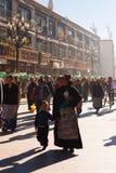 Criança tibetana Lhasa Walking Barkhor Crowd da mãe Imagem de Stock Royalty Free