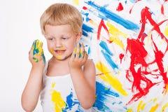 A criança tira cores brilhantes escola pré-escolar Educação creatividade Retrato do estúdio sobre o fundo branco foto de stock royalty free