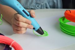 A criança tira uma folha do verde da pena 3D Imagem de Stock