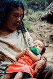 Criança tribal de Kogi que faz a lavanderia no córrego próximo perto de sua casa imagem de stock