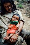 Criança tribal de Kogi que faz a lavanderia no córrego próximo perto de sua casa imagens de stock