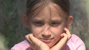 Criança triste abandonada nas ruínas, menina dispersa infeliz, criança pobre deprimida, sem abrigo video estoque