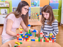 Criança triste de Supporting do professor de jardim de infância Imagem de Stock