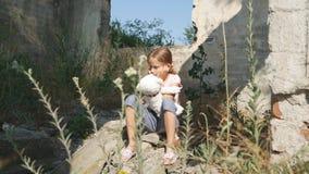 Criança triste infeliz, criança abandonada na casa demulida, crianças desabrigadas da menina fotografia de stock