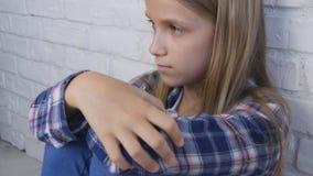 Criança triste, criança infeliz, menina doente doente na depressão, pessoa pensativa forçada fotos de stock