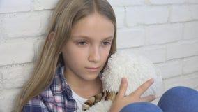 Criança triste, criança infeliz, menina doente doente na depressão, pessoa pensativa forçada imagem de stock royalty free