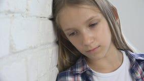 Criança triste, criança infeliz, menina doente doente na depressão, pessoa pensativa forçada foto de stock