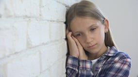 Criança triste, criança infeliz, menina doente doente na depressão, pessoa pensativa forçada foto de stock royalty free