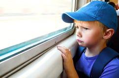 Criança triste no trem foto de stock royalty free