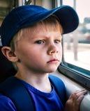 Criança triste no trem foto de stock