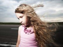 Criança triste perto da estrada Fotos de Stock Royalty Free