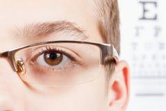 Criança um oftalmologista Retrato de um menino com vidros Fotografia de Stock Royalty Free