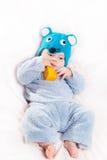 Criança vestida como um rato com queijo Imagem de Stock