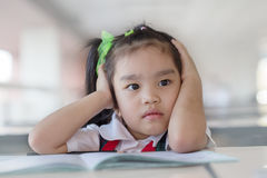Criança virada do problema com cabeça nas mãos imagem de stock royalty free