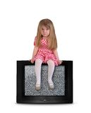 Criança virada que senta-se na televisão vazia Imagens de Stock