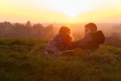 Crianças à vista de um por do sol Fotos de Stock Royalty Free