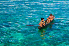 Crianças aciganadas do mar em sua sampana foto de stock