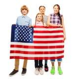 Crianças adolescentes felizes que guardam a bandeira do Estados Unidos Fotografia de Stock