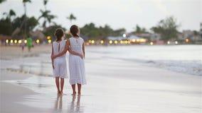 Crianças adoráveis que andam na praia na noite video estoque