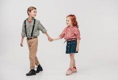 crianças adoráveis que guardam as mãos e que andam junto imagens de stock royalty free
