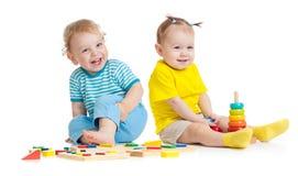 Crianças adoráveis que jogam os brinquedos educacionais isolados imagem de stock