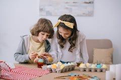 crianças adoráveis que pintam easter imagem de stock royalty free