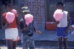 Crianças afro-americanos que comem o algodão doce, Natchez, MI fotos de stock