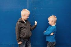 Crianças agressivas irritadas fotografia de stock royalty free