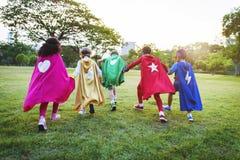 Crianças alegres dos super-herói que expressam a positividade Fotografia de Stock Royalty Free