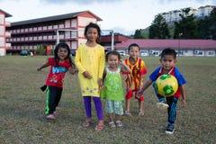 Crianças alegres em um estádio em Tanah Rata, Cameron Highlands fotos de stock