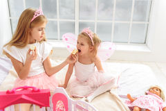 Crianças alegres que apreciam doces em casa Foto de Stock Royalty Free