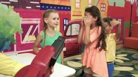 Crianças alegres que têm o divertimento na celebração do aniversário video estoque