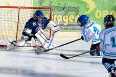 Crianças alemãs que jogam o hóquei em gelo Imagem de Stock Royalty Free