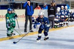 Crianças alemãs que jogam o hóquei em gelo Fotos de Stock Royalty Free