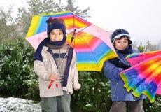 Crianças ao ar livre, nevando neles Imagens de Stock